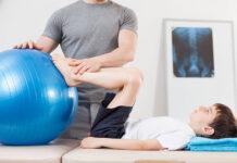 Szpotawość kolan - dziecko w trakcie ćwiczeń korekcyjnych z piłką